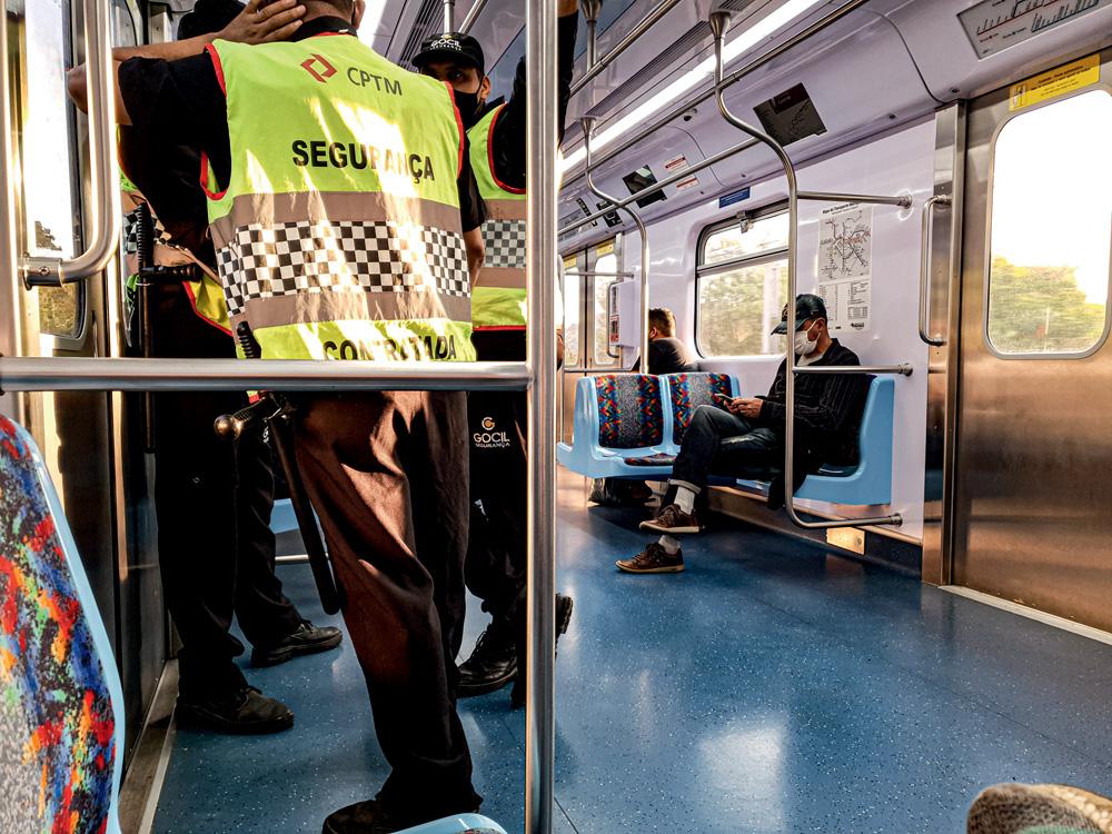 Guardas dentro de um trem da CPTM
