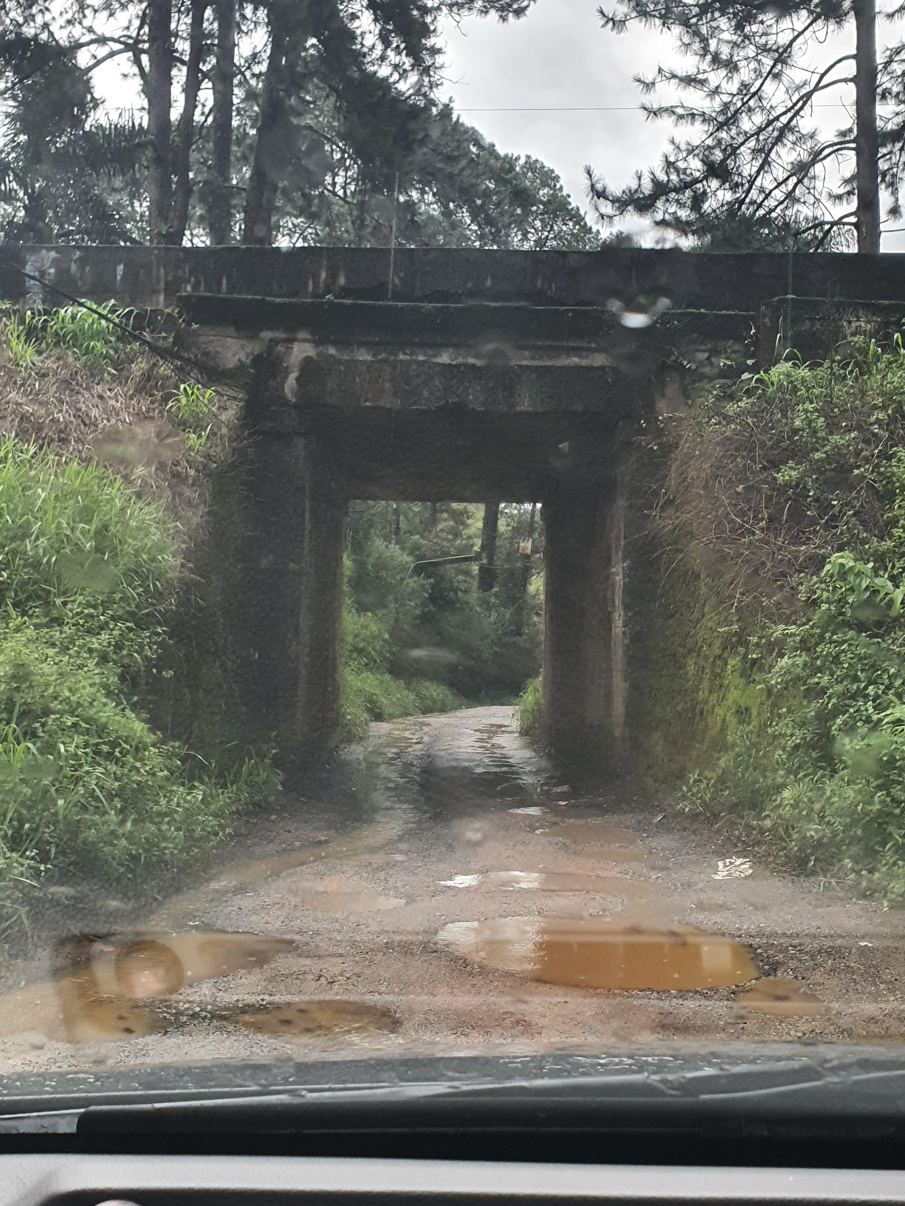 Imagem mostra a estrada que leva até a Cachoeira: terra e muitos buracos