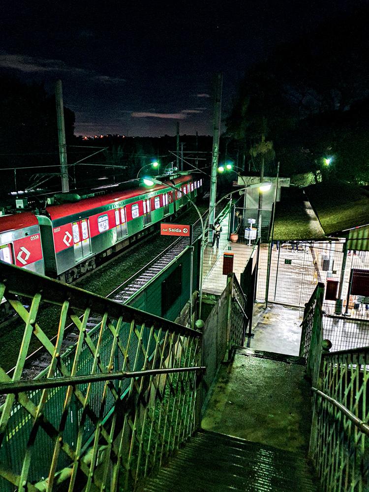 Escadaria da estação Vila Clarice