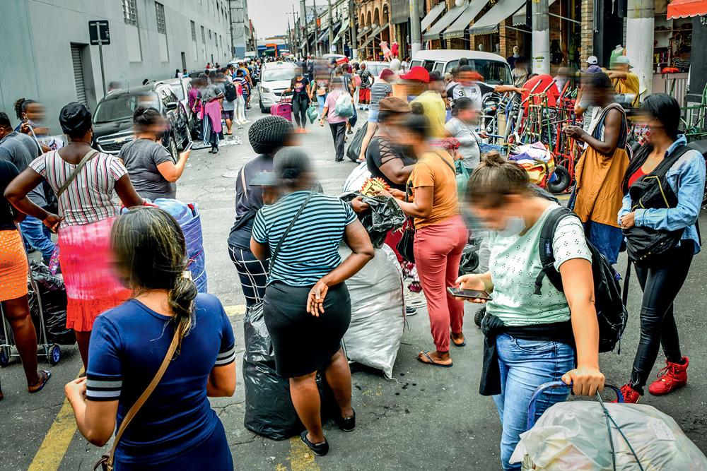 Imagens de uma rua do Brás, cheia de comerciantes