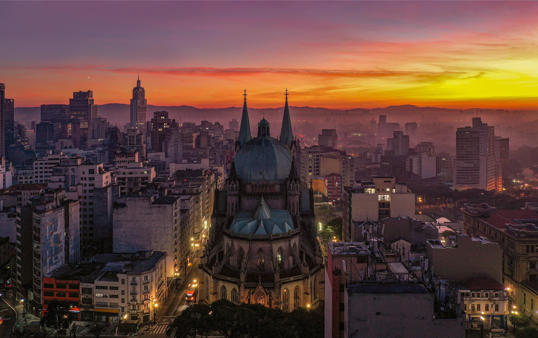 Imagem aérea noturna da Catedral da Sé.