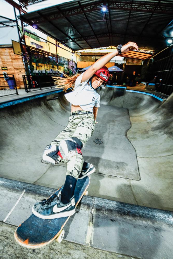 Dora fazendo manobra em uma pista de skate