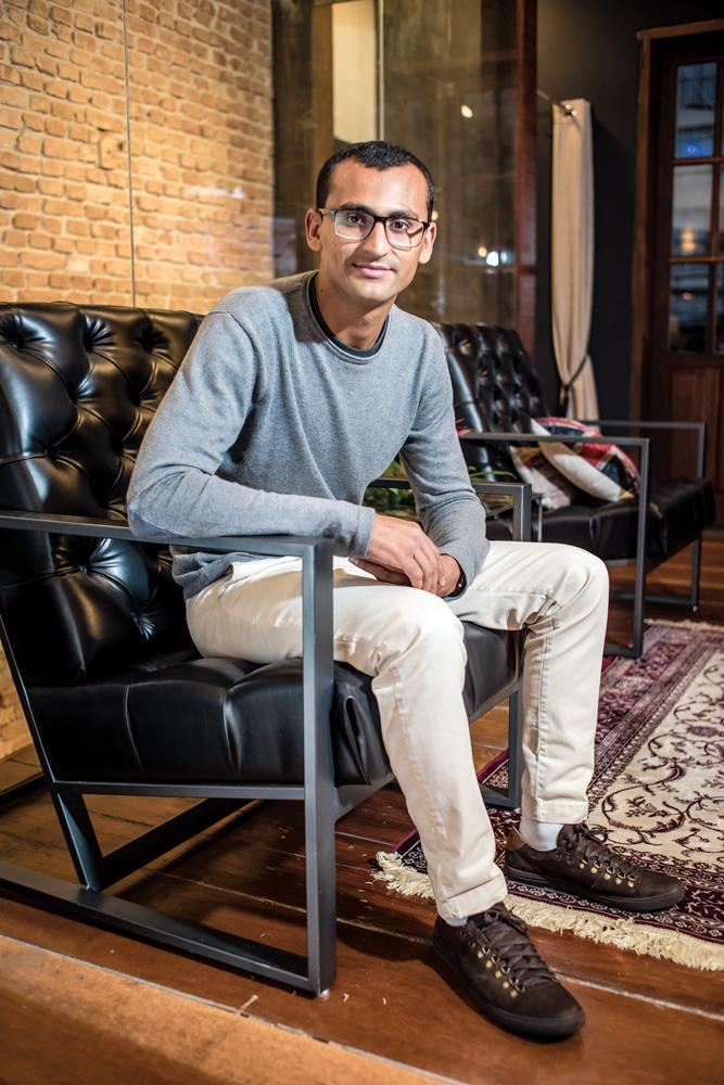 Imagem de Edu Lyra sentado em uma cadeira