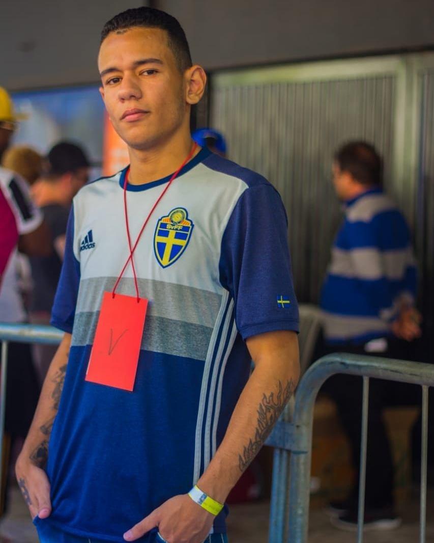 Felipe com a camisa da Suécia