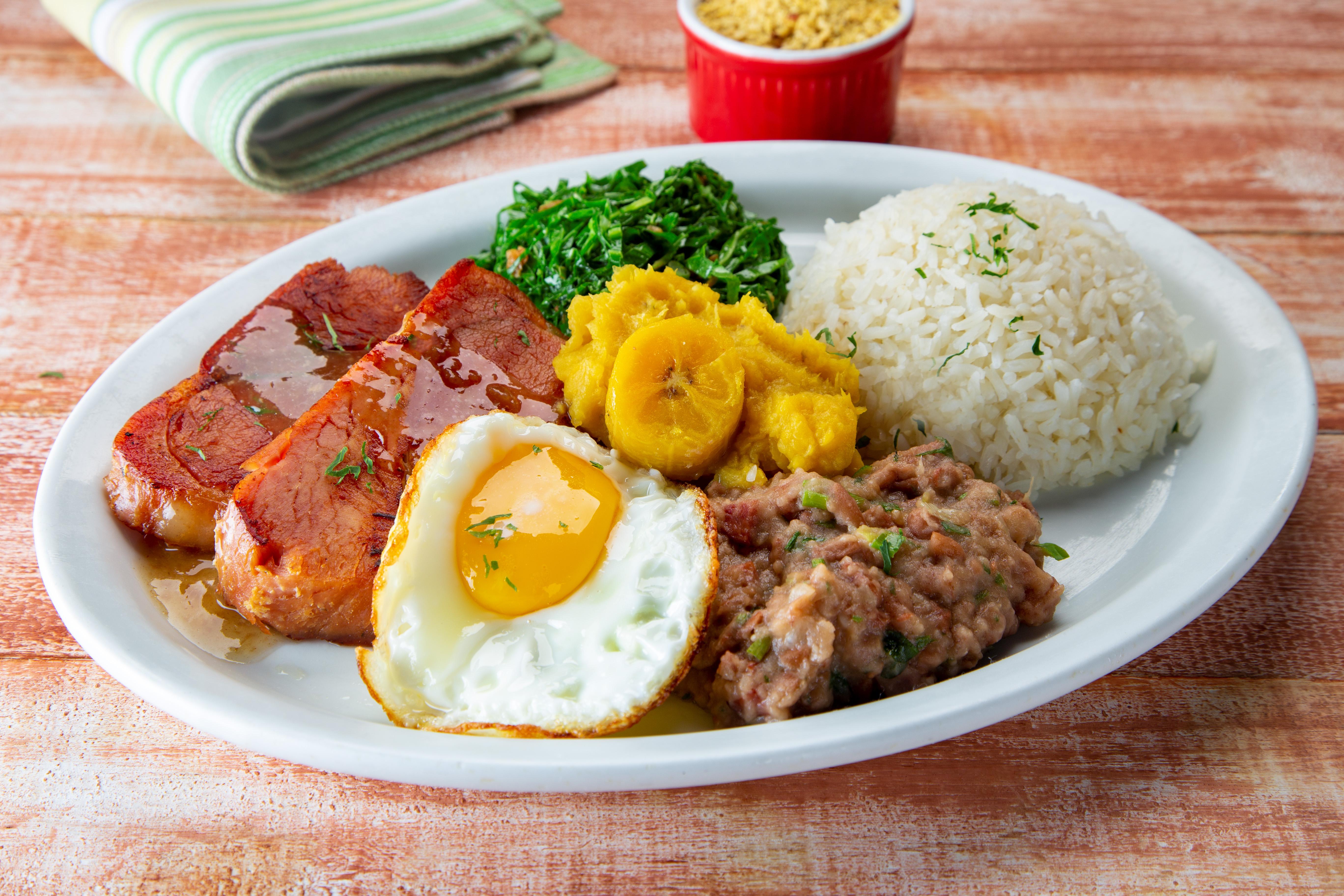 Virado à paulista: com pancetta assada, purê de banana-da-terra, couve-manteiga refogada, arroz, tutu de feijão e ovo frito