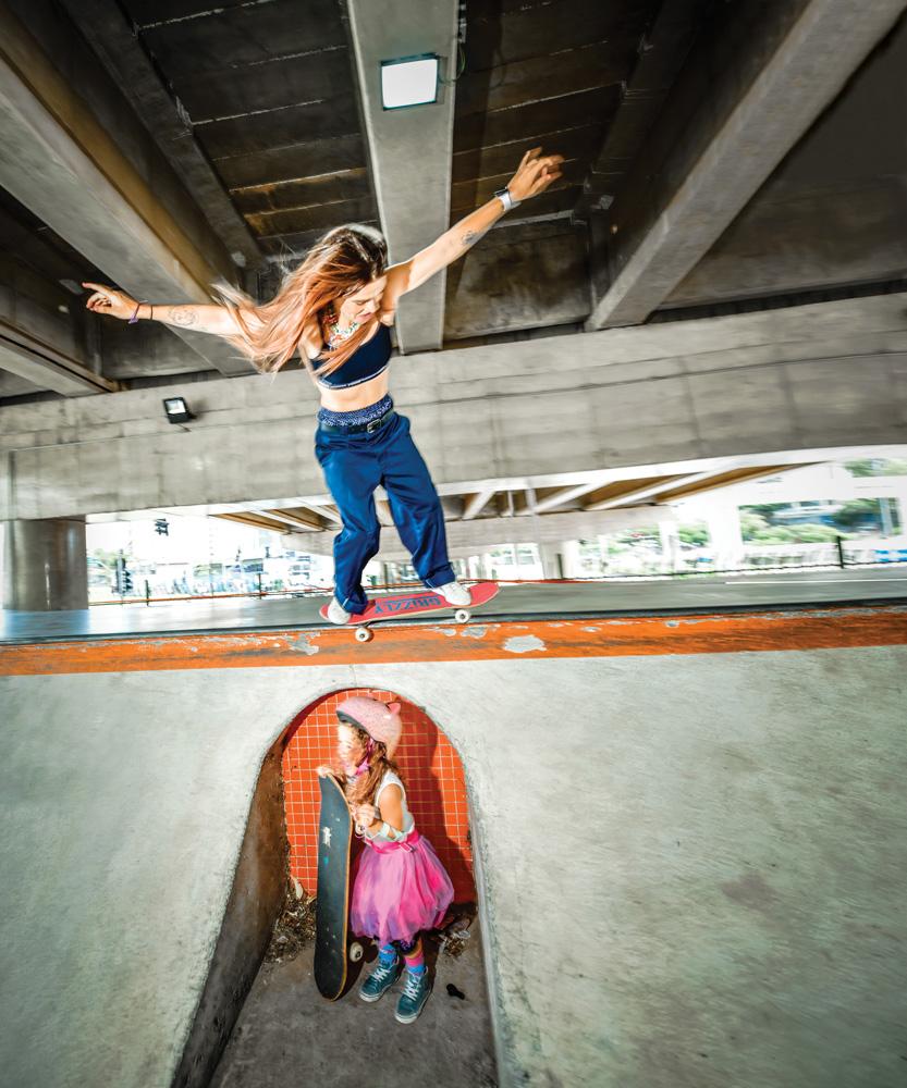 Karen andando de skate e sua filha, Sky, no andar de baixo