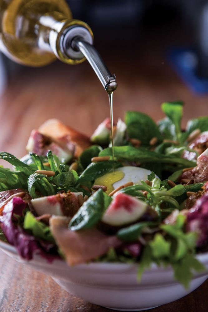 Salada myk: folhas verdes com presunto cru, queijo de cabra cremoso, figo, mel e pinhole