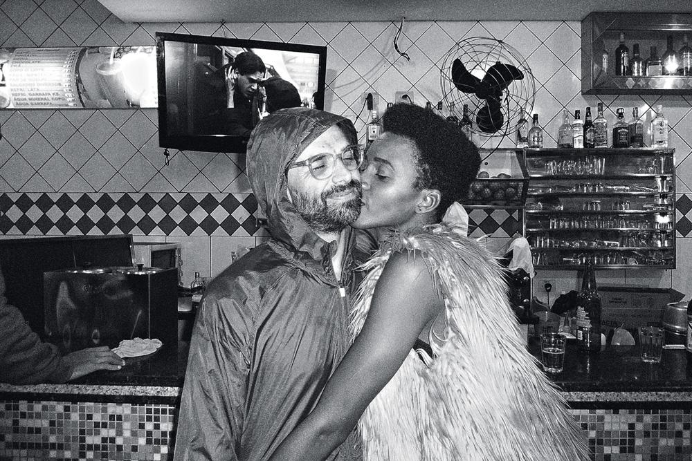 Foto em preto e branco de Bárbara dando um beijo no rosto de Leo