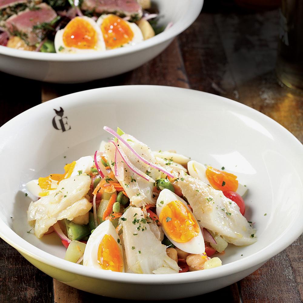Salada de lascas de bacalhau: com grão-de-bico, legumes, cebola-roxa e ovo cozido