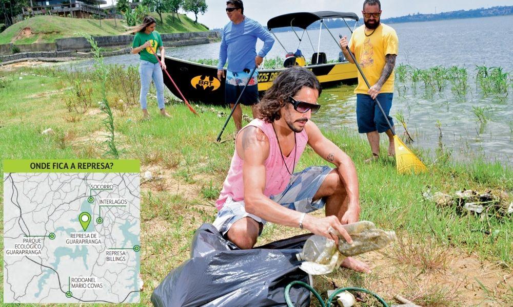 Pessoas limpando o guarapiranga, com um mapa ao lado mostrando a localização da represa em um mapa
