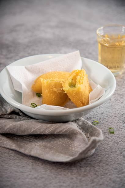 Pastel de angu: nos sabores de queijo ou carne com umbigo de bananeira