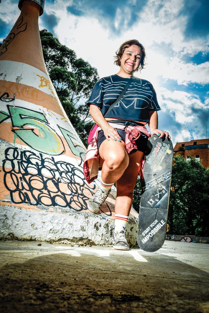 Made Picchi posando para foto em pista de skate