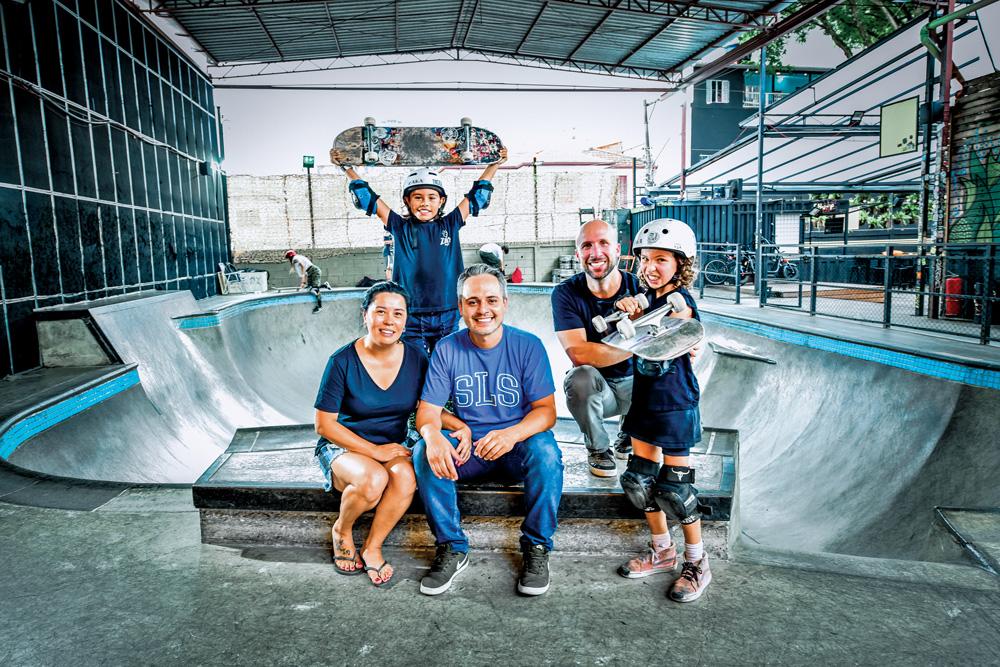 Família de Pimentinha posando para a foto em uma pista de skate