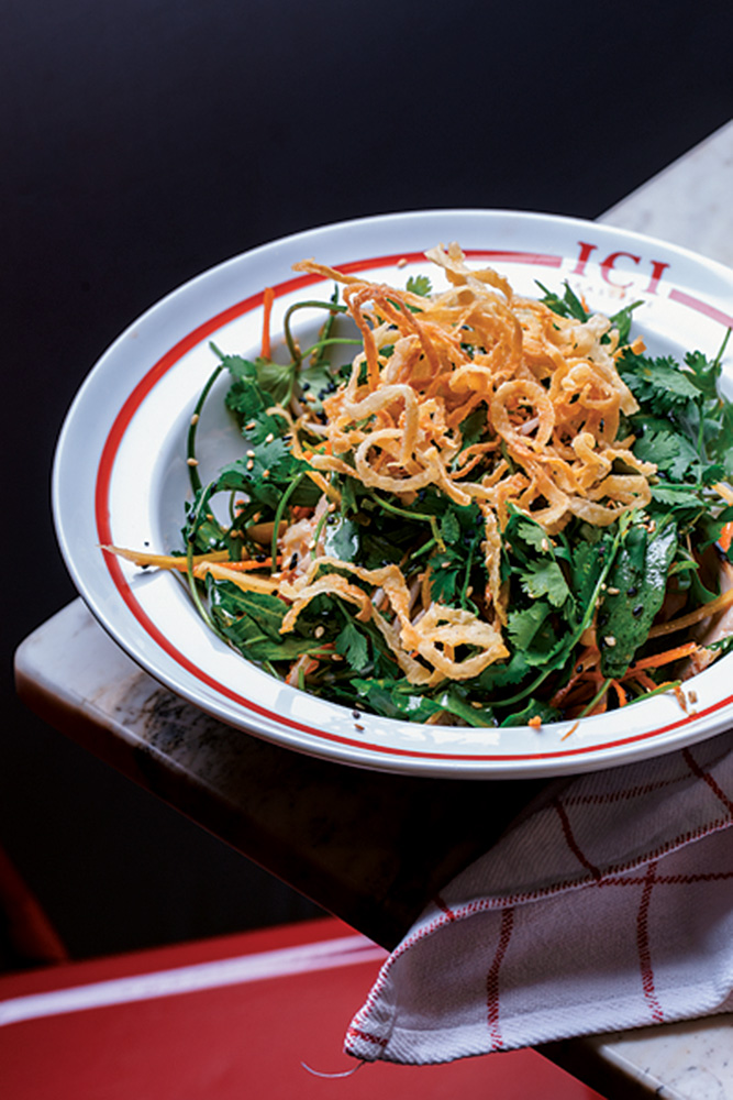 Ici Brasserie: salada de frango com folhas de rúcula, cenoura, broto de feijão, coentro, amendoim, crocante de cebola e molho picante