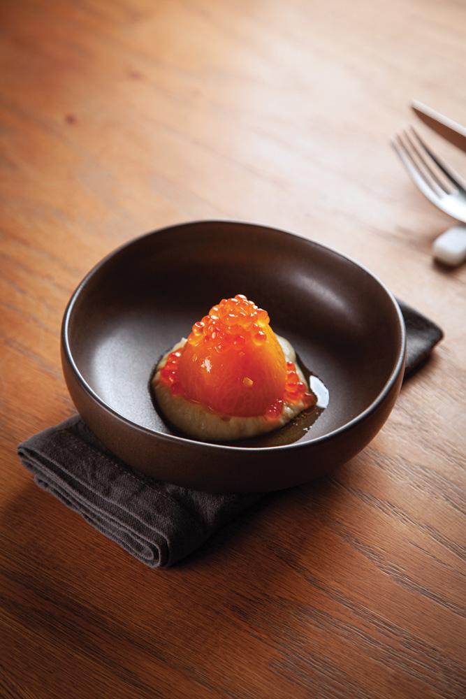 Tomate marinado sobre creme de alcachofra com ovas de salmão