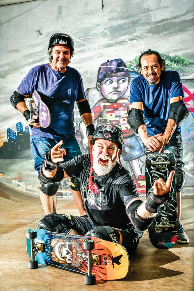 Os três veteranos do skate posando em uma pista