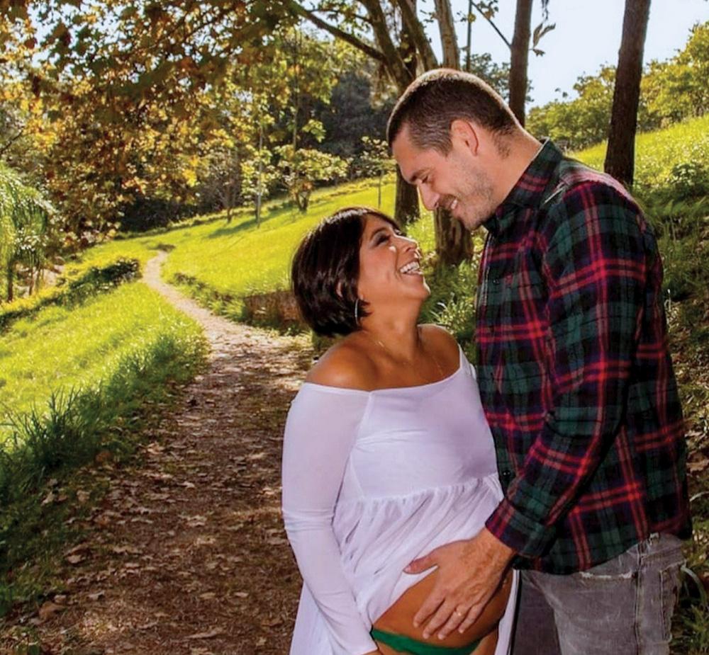 Thais grávida e Rodrigo acariciando sua barriga