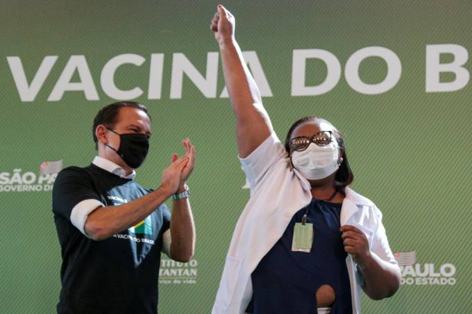 Mônica Calazans: primeira pessoa a receber a vacina contra a Covid-19 no Brasil