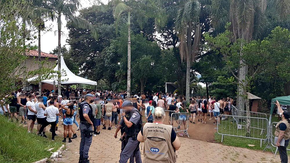 Polícia interditando uma festa clandestina