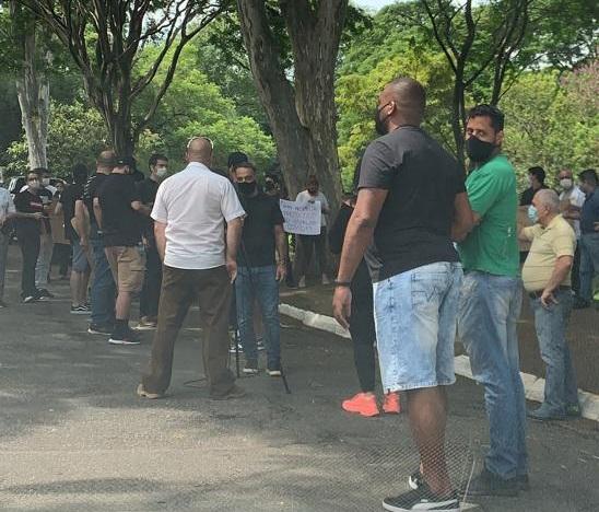 Proprietários e funcionários: reunião na Praça Vinicius de Moraes