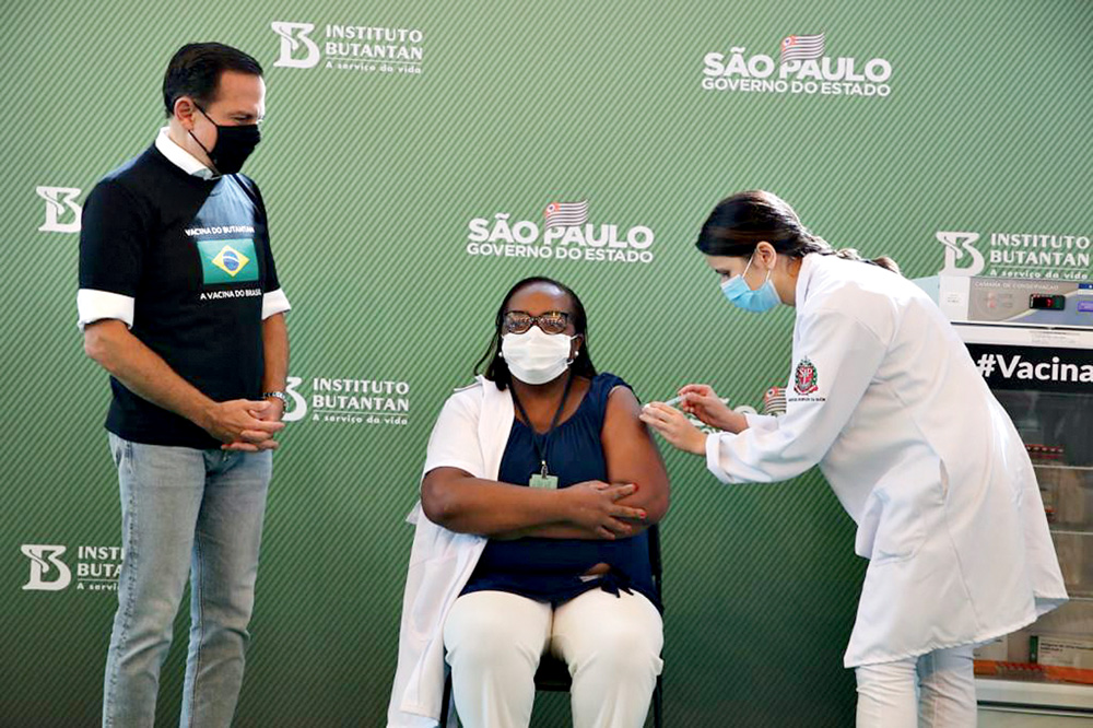 Monica Calazans sendo vacinada