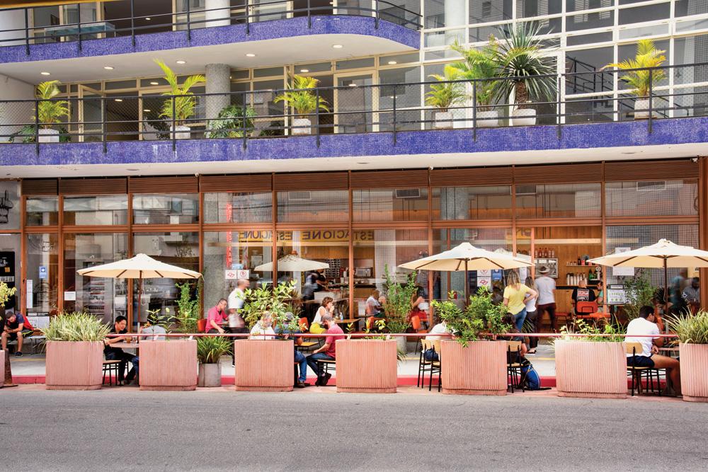 Restaurantes com mesas nas ruas
