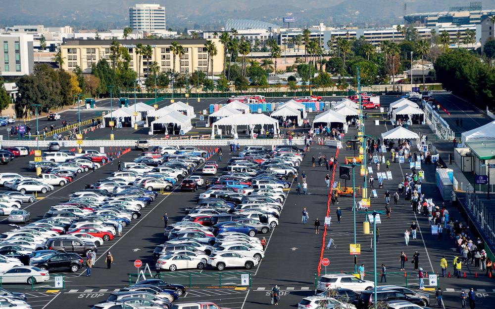 Estacionamento lotado de carros sendo usado como ponto de vacinação nos Estados Unidos