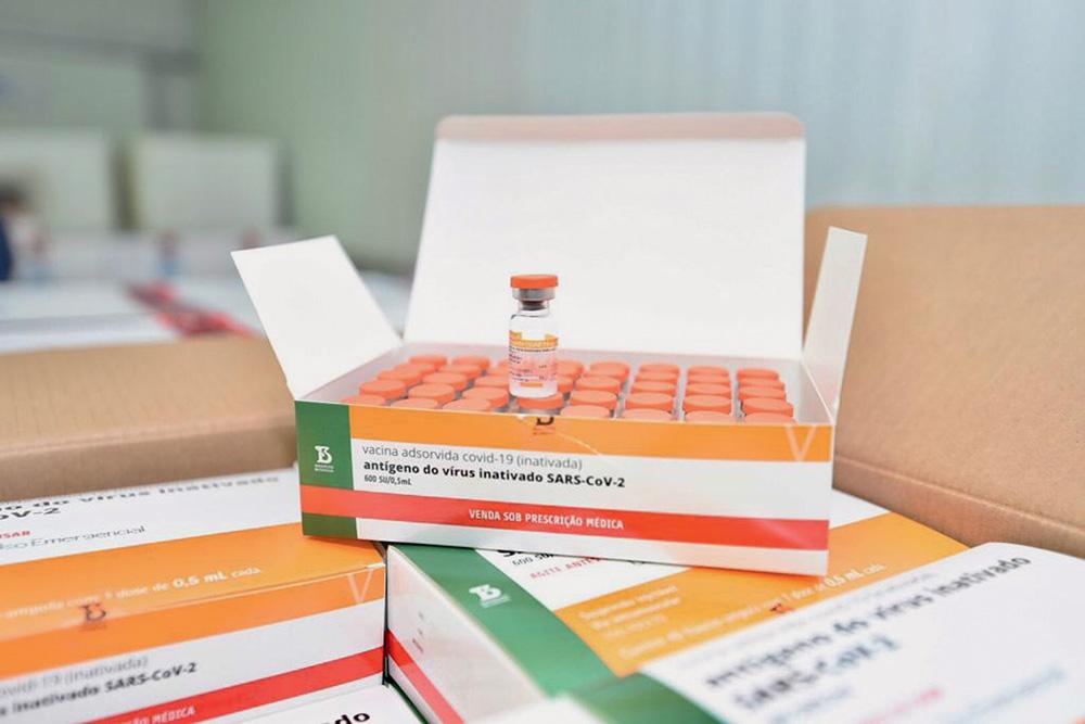 Uma caixa com doses da CoronaVac