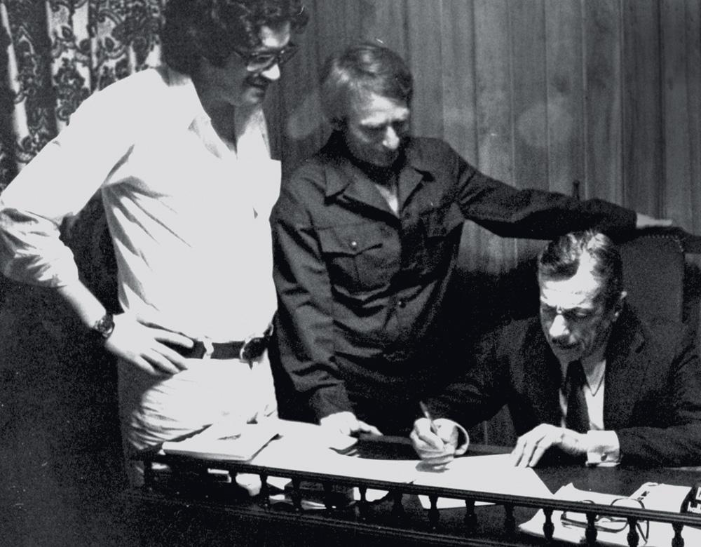 Adoniran e Pelão vendo o contrato do disco sendo assinado pela gravadora