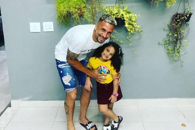 Luiz Paulo, jogador do Ituano, e a filha: acidente doméstico