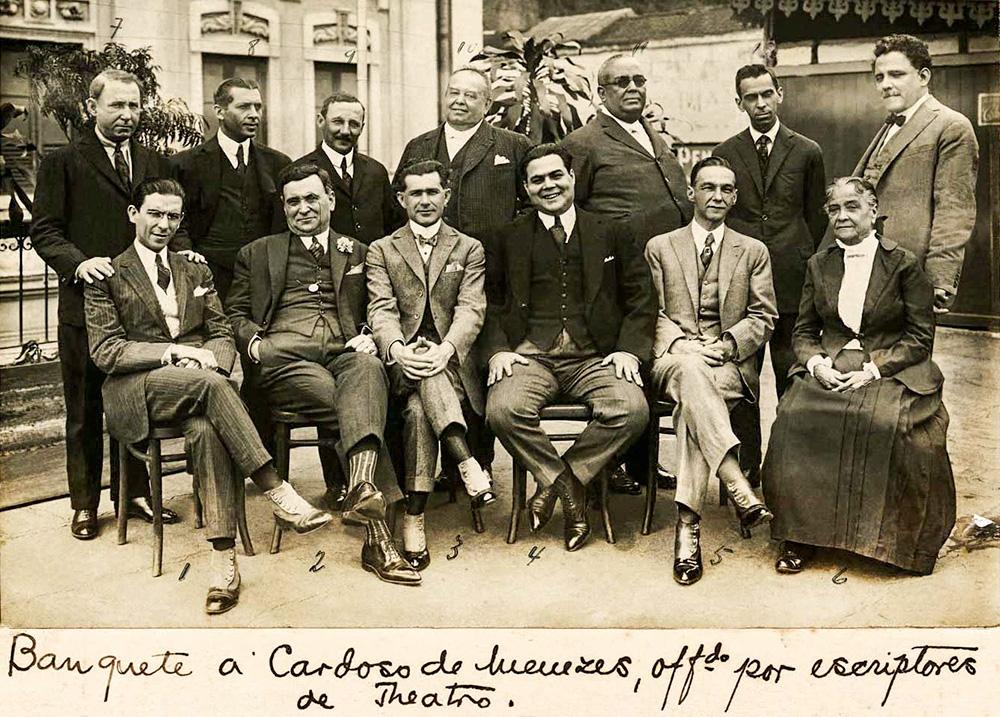 Foto de Chiquinha Gonzaga e autores de teatro, em 1921