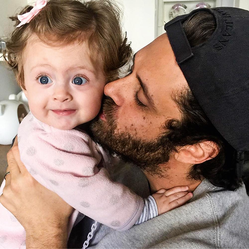 christian beija a filha valentina, que sorri