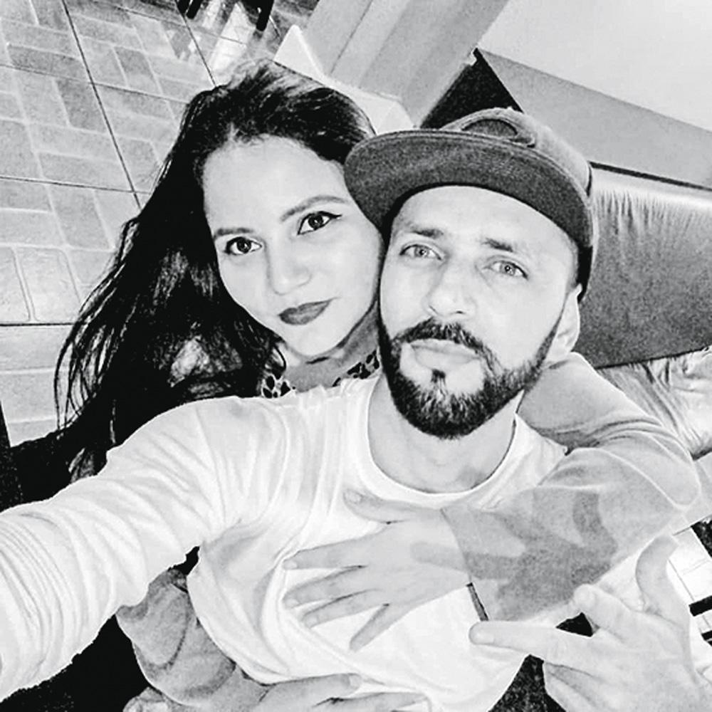 Imagem mostra o casal Renato Celestino e esposa Lilian abraçados posando para a selfie