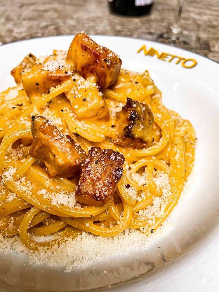Espaguete à carbonara: com pedacinhos de pancetta