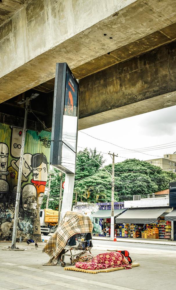 Moradores de rua em baixo de viaduto