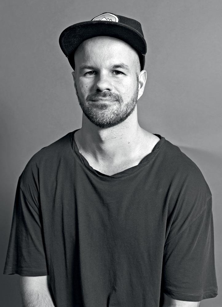 André Carvalhal, em preto e branco