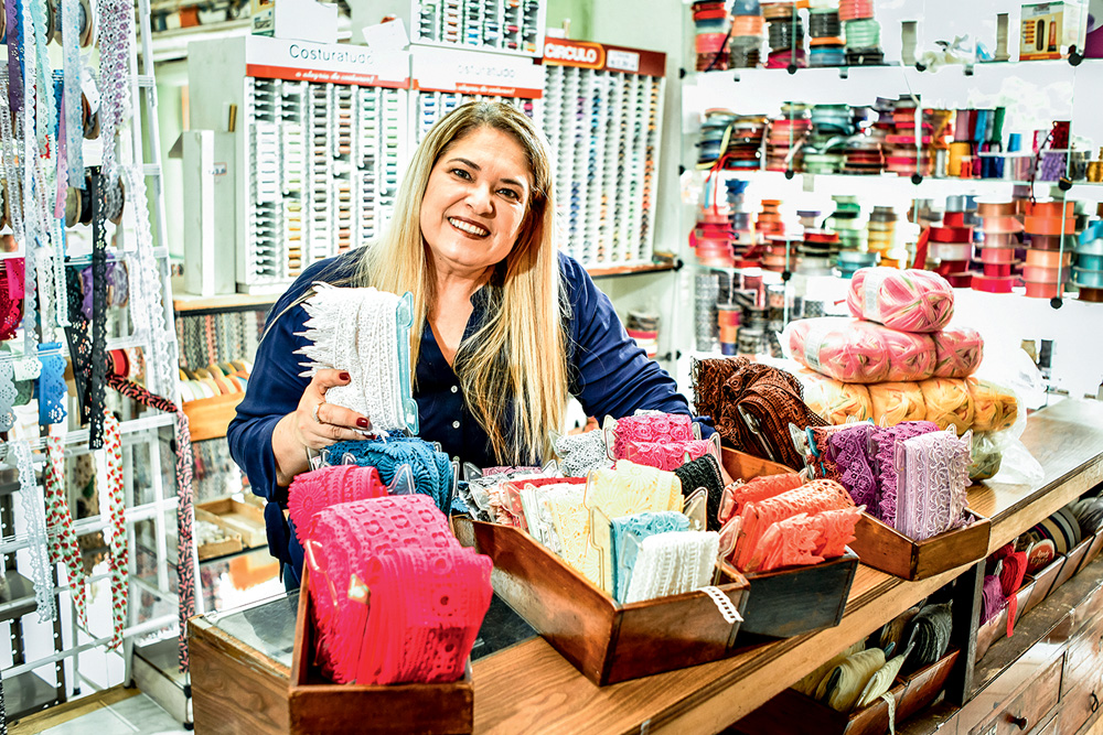 Alessandra Carvalho sorrindo em sua loja