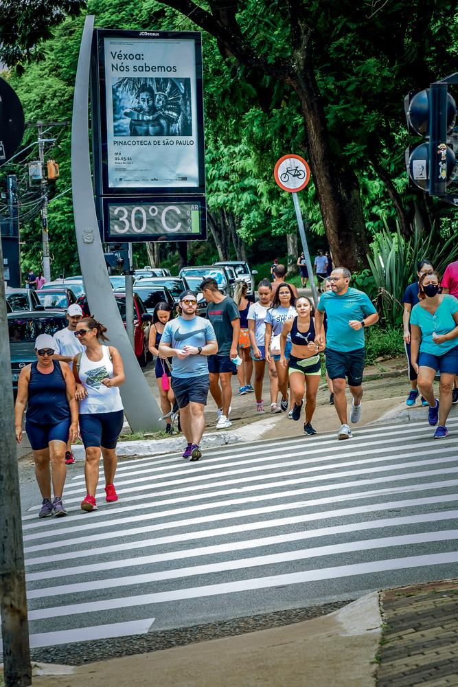 Santaners correndo na rua Braz Leme