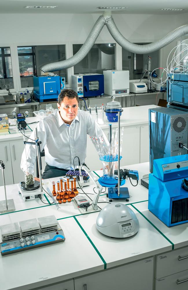 Caio Abreu no seu laboratório