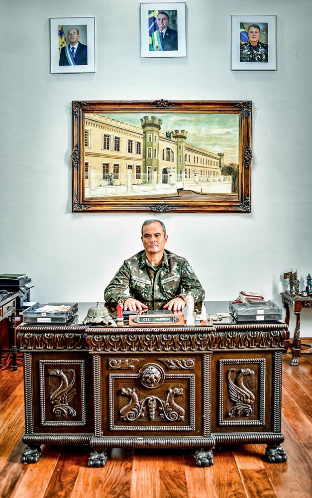 Coronel em sua mesa