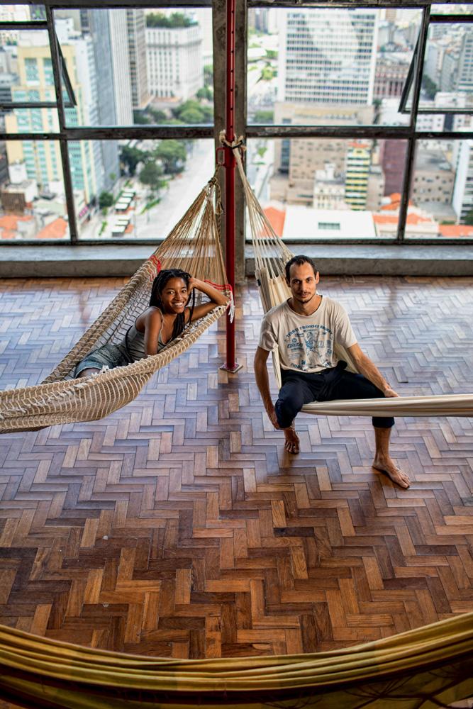 Itamara e Andral apoiados em redes de descanso