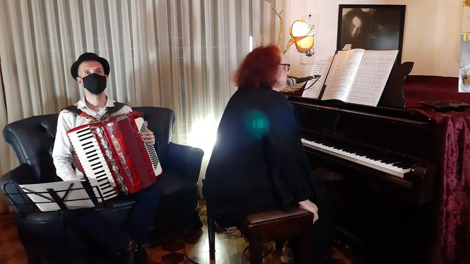 A cantora Cida Moreira com o instrumentista Iuri Salvagnini apresentam show com músicas de Tom Waits para o Festival Nem Tão Distantes