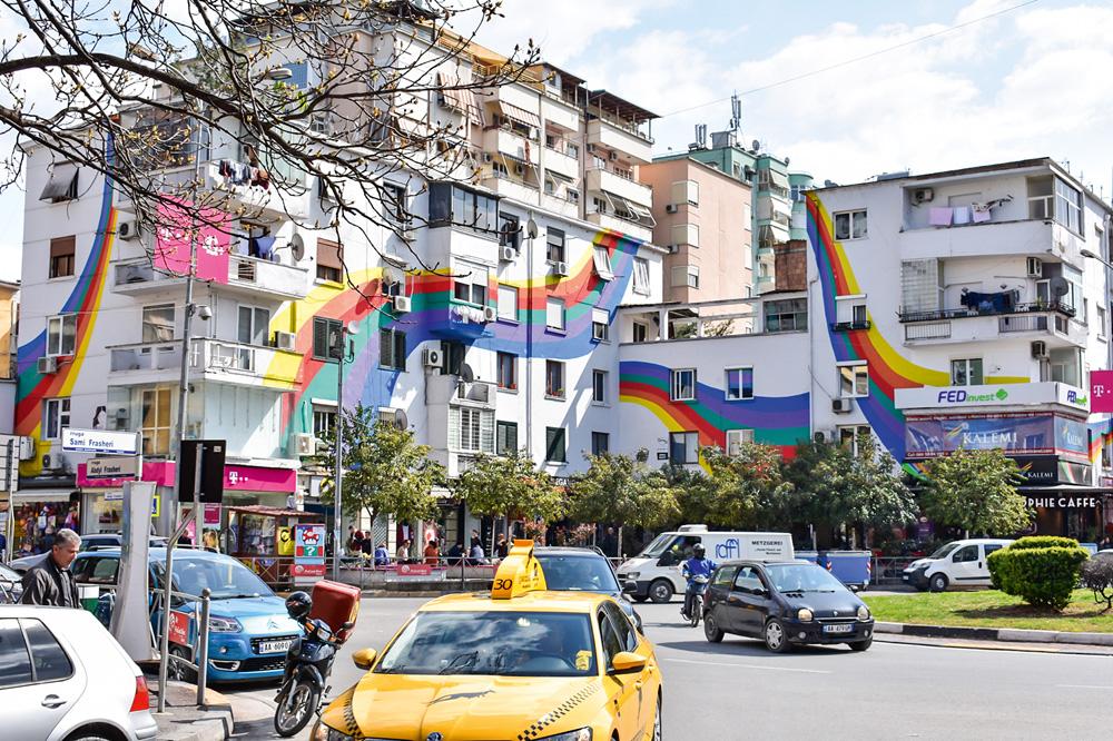 Prédios pintados com arco-íris