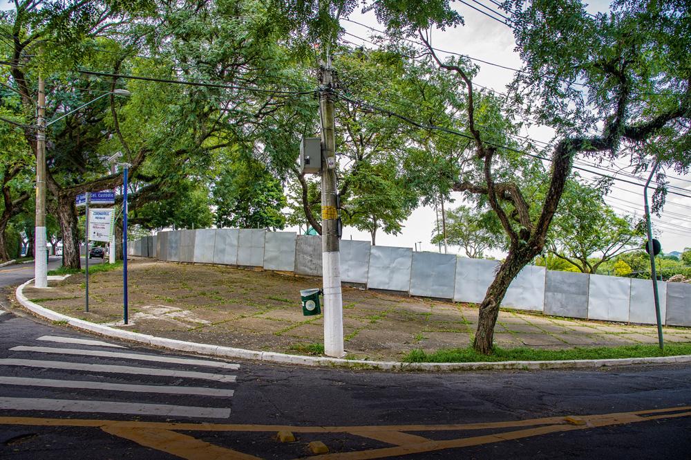 Praça Por do Sol com tapumes