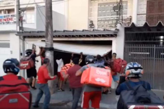 Motoboys destroem casa de suposto cliente golpista em Bauru
