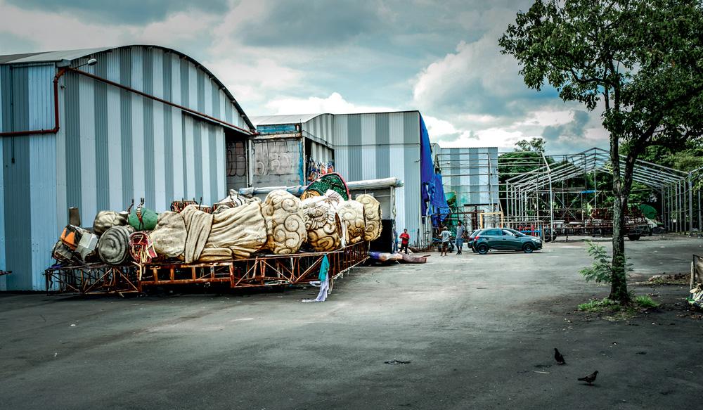 Fábrica do Samba com peças de carros alegórico fora do barracão