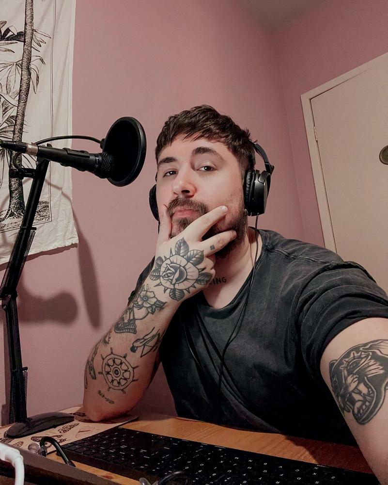 Filipe Bortolotto, com um fone e microfone