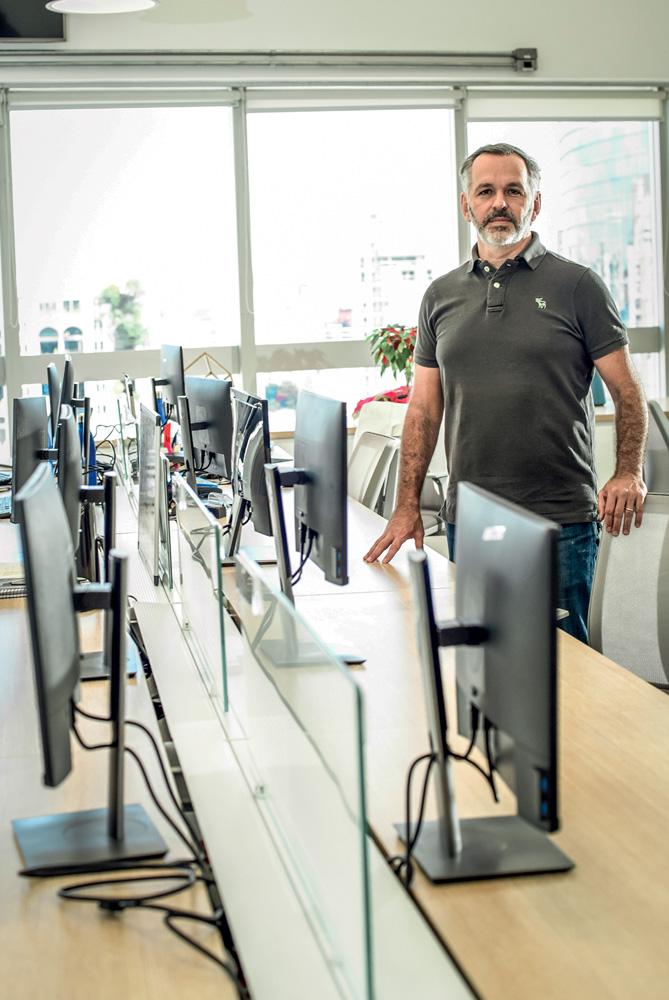 George Wachsman em uma sala cheia de computadores