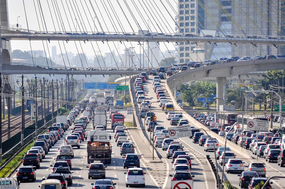 Tráfego congestionado na Marginal Pinheiros, próximo à ponte do jornalista Octavio Frias de Oliveira, conhecida como