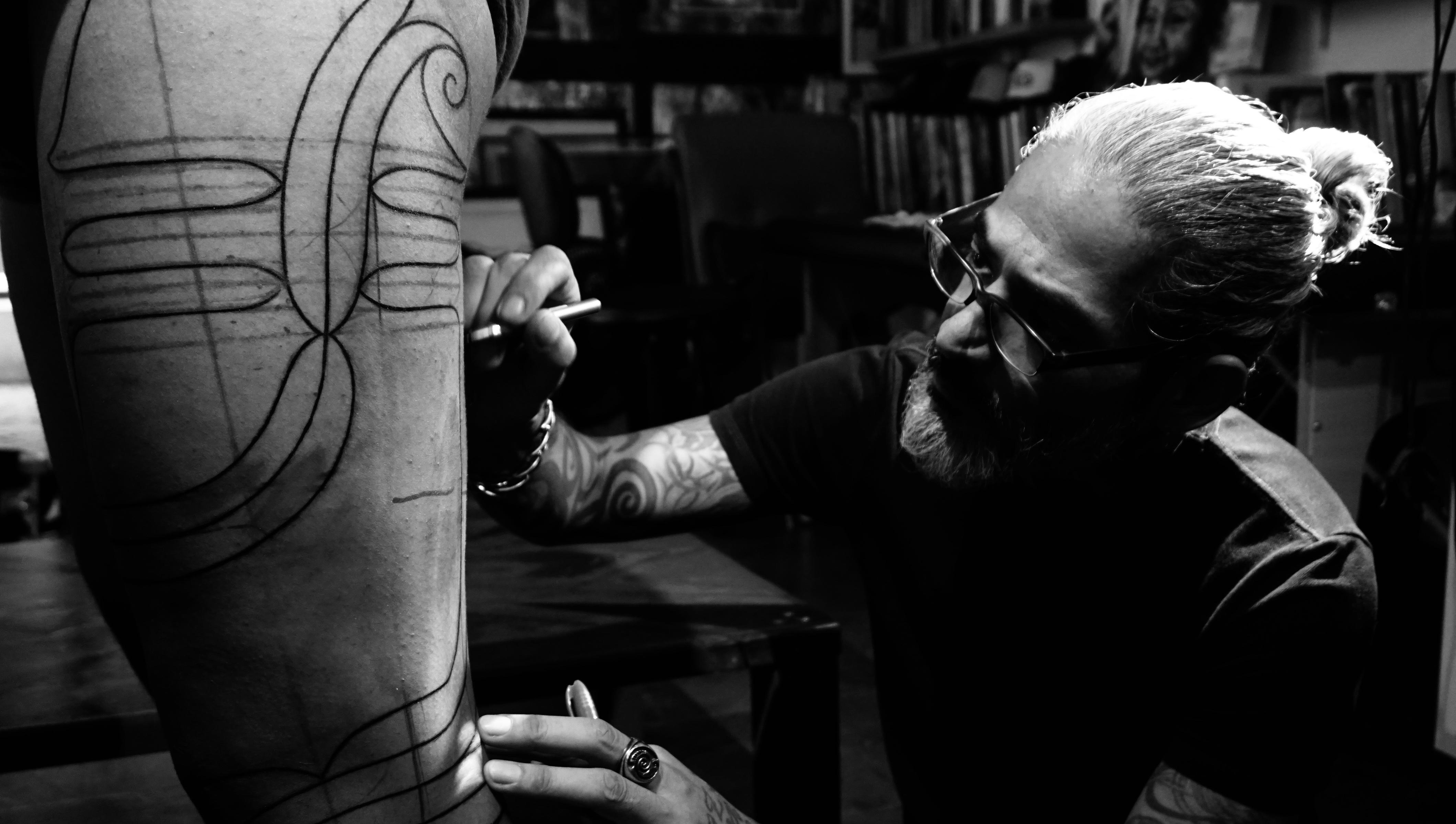 Jun Matsui: tatuagens em estilo tribal feitas no interior de São Paulo.